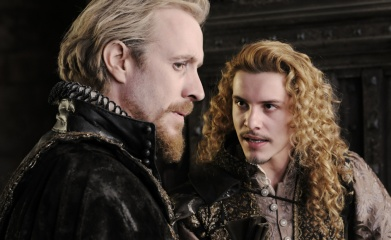 Anonymous - (L to R): Rhys Ifans 'Edward de Vere' e Xavier Samuel 'Southhampton' in una foto di scena - Photo: Reiner Bajo.