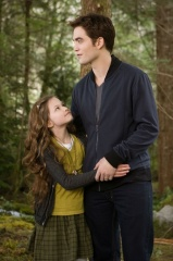 The Twilight Saga: Breaking Dawn-Parte 2 - Mackenzie Foy 'Renesmee' con Robert Pattinson 'Edward Cullen' in una foto di scena - The Twilight Saga: Breaking Dawn - Parte 2
