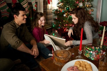 The Twilight Saga: Breaking Dawn-Parte 2 - (L to R): Taylor Lautner 'Jacob Black', Mackenzie Foy 'Renesmee' e Kristen Stewart 'Bella Cullen' in una foto di scena - The Twilight Saga: Breaking Dawn - Parte 2