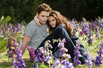 The Twilight Saga: Breaking Dawn-Parte 2 - Robert Pattinson 'Edward Cullen' con Kristen Stewart 'Bella Cullen' in una foto di scena - The Twilight Saga: Breaking Dawn - Parte 2