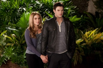 The Twilight Saga: Breaking Dawn-Parte 2 - Nikki Reed 'Rosalie Hale' con Kellan Lutz 'Emmett Cullen' in una foto di scena - The Twilight Saga: Breaking Dawn - Parte 2
