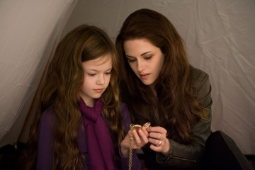 The Twilight Saga: Breaking Dawn-Parte 2 - (L to R): Mackenzie Foy 'Renesmee' con Kristen Stewart 'Bella Cullen' in una foto di scena - The Twilight Saga: Breaking Dawn - Parte 2