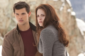 The Twilight Saga: Breaking Dawn-Parte 2 - Taylor Lautner 'Jacob Black' con Kristen Stewart 'Bella Cullen' in una foto di scena - The Twilight Saga: Breaking Dawn - Parte 2