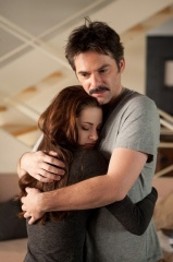 The Twilight Saga: Breaking Dawn-Parte 2 - Kristen Stewart 'Bella Cullen' con Billy Burke 'Charlie Swan' in una foto di scena - The Twilight Saga: Breaking Dawn - Parte 2