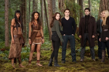 The Twilight Saga: Breaking Dawn-Parte 2 - (L to R): Judith Shekoni 'Zafrina', Tracey Heggins 'Senna', Kristen Stewart 'Bella Cullen', Robert Pattinson 'Edward Cullen', Christian Camargo 'Eleazar', Peter Facinelli 'Dr. Carlisle Cullen' e Casey LaBow 'Kate' in una foto di scena - The Twilight Saga: Breaking Dawn - Parte 2