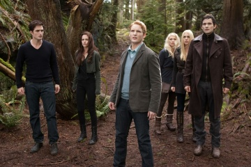 The Twilight Saga: Breaking Dawn-Parte 2 - (L to R): Robert Pattinson 'Edward Cullen', Kristen Stewart 'Bella Cullen', Peter Facinelli 'Dr. Carlisle Cullen', MyAnna Buring 'Tanya', Casey LaBow 'Kate' e Christian Camargo 'Eleazar' in una foto di scena - The Twilight Saga: Breaking Dawn - Parte 2