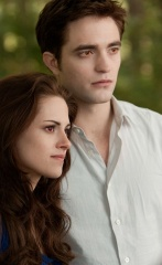 The Twilight Saga: Breaking Dawn-Parte 2 - Kristen Stewart 'Bella Cullen' con Robert Pattinson 'Edward Cullen' in una foto di scena - The Twilight Saga: Breaking Dawn - Parte 2