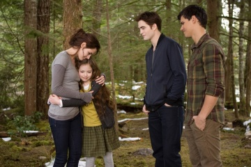 The Twilight Saga: Breaking Dawn-Parte 2 - (L to R): Kristen Stewart 'Bella Cullen', Mackenzie Foy 'Renesmee', Robert Pattinson 'Edward Cullen' e Taylor Lautner 'Jacob Black' in una foto di scena - The Twilight Saga: Breaking Dawn - Parte 2