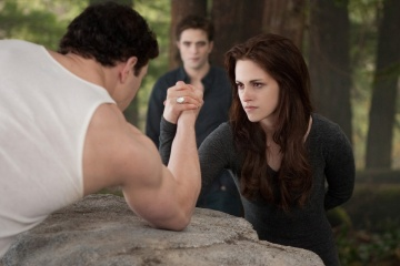 The Twilight Saga: Breaking Dawn-Parte 2 - (L to R): Kellan Lutz 'Emmett Cullen', Robert Pattinson 'Edward Cullen' e Kristen Stewart 'Bella Cullen' in una foto di scena - The Twilight Saga: Breaking Dawn - Parte 2