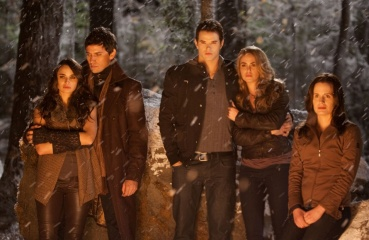 The Twilight Saga: Breaking Dawn-Parte 2 - (L to R): Mía Maestro 'Carmen', Christian Camargo 'Eleazar', Kellan Lutz 'Emmett Cullen', Nikki Reed 'Rosalie Hale' ed Elizabeth Reaser 'Esme Cullen' in una foto di scena - The Twilight Saga: Breaking Dawn - Parte 2