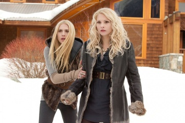 The Twilight Saga: Breaking Dawn-Parte 2 - (L to R): Casey LaBow 'Kate' e MyAnna Buring 'Tanya' in una foto di scena - The Twilight Saga: Breaking Dawn - Parte 2
