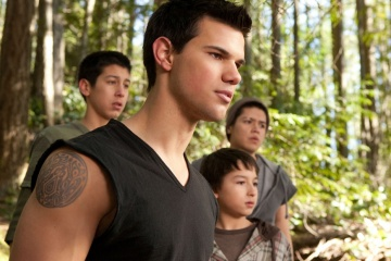 The Twilight Saga: Breaking Dawn-Parte 2 - Taylor Lautner 'Jacob Black' (in primo piano) in una foto di scena - The Twilight Saga: Breaking Dawn - Parte 2