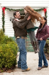 The Twilight Saga: Breaking Dawn-Parte 2 - (L to R): Billy Burke 'Charlie Swan', Mackenzie Foy 'Renesmee' e Alex Rice 'Sue Clearwater' in una foto di scena - The Twilight Saga: Breaking Dawn - Parte 2