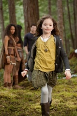 The Twilight Saga: Breaking Dawn-Parte 2 - Mackenzie Foy 'Renesmee' (in primo piano) in una foto di scena - The Twilight Saga: Breaking Dawn - Parte 2
