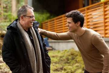 The Twilight Saga: Breaking Dawn-Parte 2 - (L to R): il regista Bill Condon con Taylor Lautner 'Jacob Black' sul set - The Twilight Saga: Breaking Dawn - Parte 2