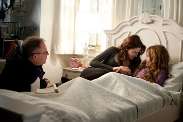The Twilight Saga: Breaking Dawn-Parte 2 - (L to R): il regista Bill Condon con Kristen Stewart 'Bella Cullen' e Mackenzie Foy 'Renesmee' sul set - The Twilight Saga: Breaking Dawn - Parte 2