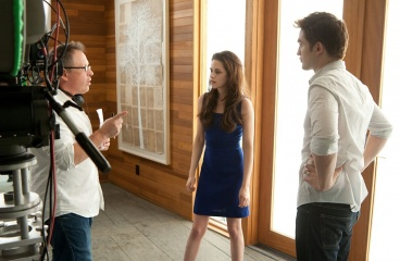 The Twilight Saga: Breaking Dawn-Parte 2 - (L to R): il regista Bill Condon con Kristen Stewart 'Bella Cullen' e Robert Pattinson 'Edward Cullen' sul set - The Twilight Saga: Breaking Dawn - Parte 2