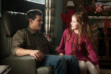 The Twilight Saga: Breaking Dawn-Parte 2 - Taylor Lautner 'Jacob Black' con Mackenzie Foy 'Renesmee' in una foto di scena - The Twilight Saga: Breaking Dawn - Parte 2