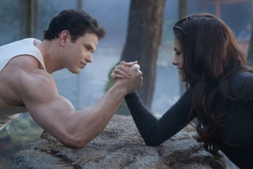 The Twilight Saga: Breaking Dawn-Parte 2 - Kellan Lutz 'Emmett Cullen' con Kristen Stewart 'Bella Cullen' in una foto di scena - The Twilight Saga: Breaking Dawn - Parte 2