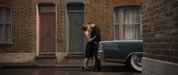 Legend - Emily Browning 'Frances Shea' con Tom Hardy 'Ronald Kray/Reggie Kray' in una foto di scena - Legend