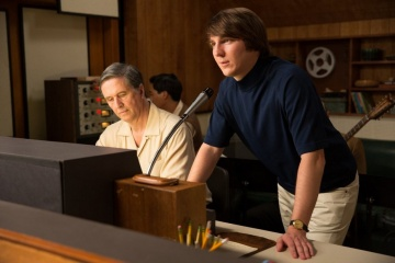 Love and Mercy - Paul Dano 'Brian - Past' (a destra) in una foto di scena - Love and Mercy