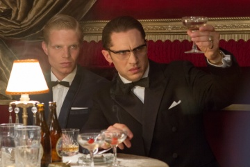 Legend - (L to R): Charley Palmer Rothwell 'Leslie Holt' e Tom Hardy 'Ronald Kray/Reggie Kray' in una foto di scena - Legend