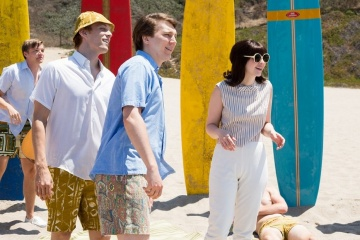 Love and Mercy - (L to R): Brett Davern 'Carl Wilson', Jake Abel 'Mike Love', Paul Dano 'Brian - Past' ed Erin Darke 'Marilyn Wilson' in una foto di scena - Love and Mercy