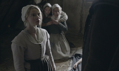 The Witch - (L to R): Anya Taylor-Joy 'Thomasin', la piccola Ellie Grainger 'Mercy' e Kate Dickie 'Katherine' in una foto di scena - The Witch