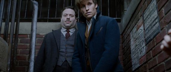 Animali fantastici e dove trovarli - (L to R): Dan Fogler 'Jacob Kowalski' e Eddie Redmayne 'Newt Scamandro' in una foto di scena - Photo Credit: Courtesy of Warner Bros. Pictures.