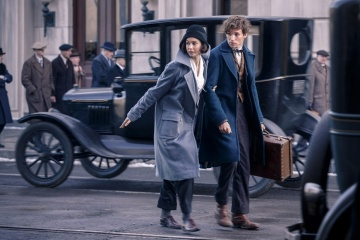 Animali fantastici e dove trovarli - Katherine Waterston 'Porpentina (Tina) Goldstein' con Eddie Redmayne 'Newt Scamandro' in una foto di scena - Photo Credit: Jaap Buitendijk.