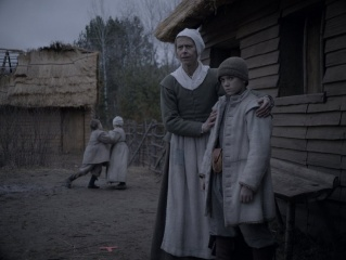 The Witch - Kate Dickie 'Katherine' con Harvey Scrimshaw 'Caleb' in una foto di scena - The Witch