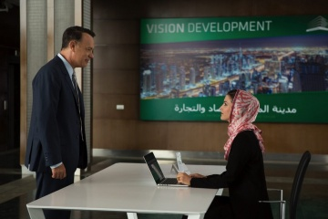 Aspettando il re - Tom Hanks 'Alan Clay' con Amira El Sayed 'Maha' in una foto di scena - Aspettando il re