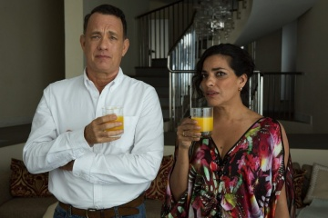 Aspettando il re - Tom Hanks 'Alan Clay' con Sarita Choudhury 'Zahra' in una foto di scena - Aspettando il re
