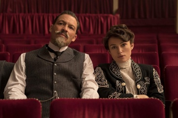 Colette - Dominic West 'Willy' con Keira Knightley 'Colette' in una foto di scena - Colette