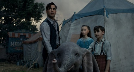 Dumbo - (L to R): Colin Farrell 'Holt Farrier', Nico Parker 'Milly Farrier' e Finley Hobbins 'Joe Farrier' con 'Dumbo' in una foto di scena - Dumbo