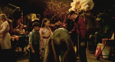 Dumbo - (L to R): Finley Hobbins 'Joe Farrier', Nico Parker 'Milly Farrier' e Colin Farrell 'Holt Farrier' con 'Dumbo' in una foto di scena - Dumbo