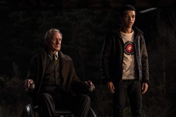 Pokémon Detective Pikachu - (L to R): Bill Nighy 'Howard Clifford' e Justice Smith 'Tim Goodman' in una foto di scena - Pokémon Detective Pikachu