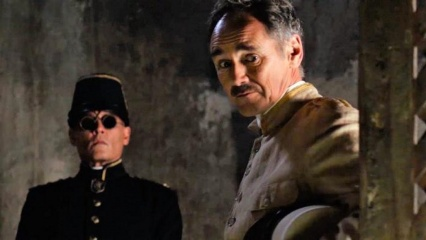Aspettando i barbari - (L to R): Johnny Depp 'Colonnello Joll' e Mark Rylance 'Magistrato' in una foto di scena - Aspettando i barbari