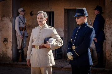 Aspettando i barbari - (L to R): Mark Rylance 'Magistrato' e Johnny Depp 'Colonnello Joll' in una foto di scena - Aspettando i barbari