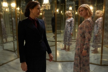 Rebecca - (L to R): Kristin Scott Thomas 'Mrs. Danvers' e Lily James 'Mrs. de Winter' in una foto di scena - Rebecca
