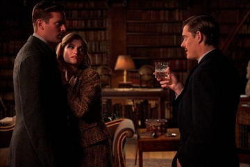 Rebecca - (L to R): Armie Hammer 'Maxim de Winter', Lily James 'Mrs. de Winter' e Sam Riley 'Jack Favell' in una foto di scena - Rebecca