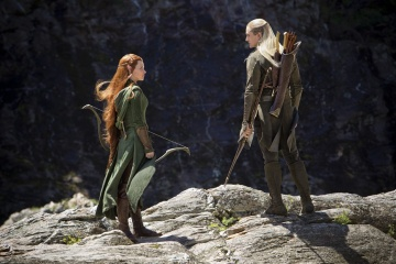 Lo Hobbit: La desolazione di Smaug - Evangeline Lilly 'Tauriel' con Orlando Bloom 'Legolas' in una foto di scena - Photo Credit: James Fisher.