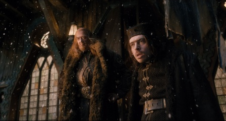 Lo Hobbit: La desolazione di Smaug - (L to R): Stephen Fry 'Maestro di Laketown' e Ryan Gage 'Alfrid' in una foto di scena - Photo Credit: Courtesy of Warner Bros. Pictures.