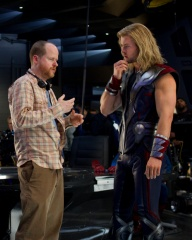 The Avengers - Il regista Joss Whedon con Chris Hemsworth 'Thor' sul set - Photo Credit: Zade Rosenthal.