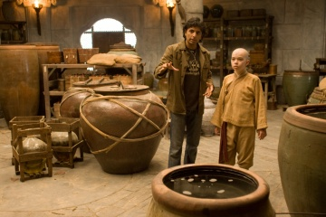 The Last Airbender - (L to R): il regista M. Night Shyamalan e Noah Ringer (Aang) sul set - Photo Credit: Zade Rosenthal.
