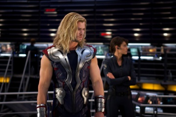 The Avengers - Chris Hemsworth 'Thor' con Cobie Smulders 'Maria Hill' in una foto d scena - Photo Credit: Zade Rosenthal.