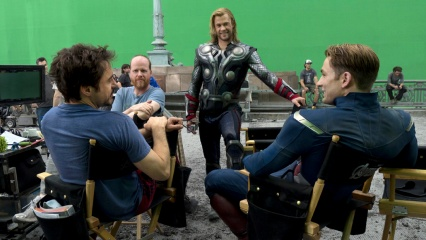 The Avengers - (L to R): Robert Downey Jr. 'Tony Stark/Iron Man', il regista Joss Whedon, Chris Hemsworth 'Thor' e Chris Evans 'Steve Rogers/Captain America' sul set - Photo Credit: Zade Rosenthal.
